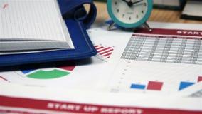 Desktop dell'ufficio con il rapporto di finanza archivi video