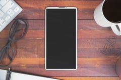 Desktop dell'ufficio con lo smartphone Fotografia Stock