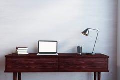Desktop di legno con il computer portatile vuoto Fotografia Stock