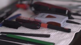Desktop di legno del lavoro di parrucchiere degli uomini con gli strumenti barbershop video d archivio