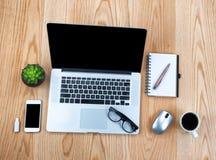 Desktop di legno della quercia con le tecnologie wireless moderne fotografia stock libera da diritti