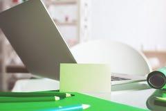 Desktop di vetro moderno con il biglietto da visita Fotografia Stock