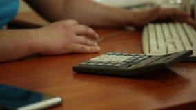 Desktop do empregado de escritório vídeos de arquivo