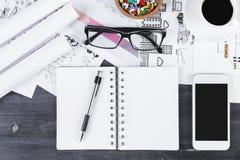 Desktop do escritório com smartphone e bloco de notas imagens de stock
