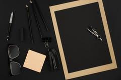 Desktop do escritório com vários objetos pretos no fundo Imagem de Stock Royalty Free