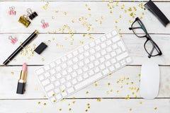 Desktop feminino denominado com sparkles e batom flatlay Imagens de Stock
