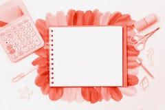 Desktop femminile disegnato Disposizione piana fotografia stock