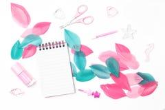 Desktop femminile disegnato Disposizione piana immagine stock libera da diritti