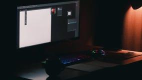Desktop freelancer Gekleurd muis en toetsenbord, hete koffie, lamp, 29 duimmonitor stock footage