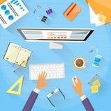 Desktop funzionante di Workplace Desk Hands dell'uomo d'affari Immagini Stock Libere da Diritti