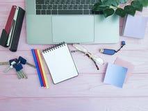 Desktop laptopu widok od above różowy drewnianego opróżnia Zdjęcia Stock