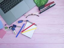 Desktop laptopu widok od above różowy drewnianego Fotografia Royalty Free