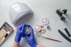 Desktop manicure Różnorodni elementy dla gwoździa projekta Flatlay obrazy stock
