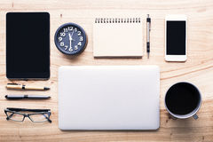 Desktop met bureauhulpmiddelen stock afbeeldingen