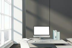 Desktop met het lege computerscherm in bureau Stock Afbeeldingen