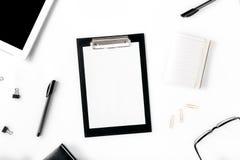 Desktop met klembord en verschillende bureautoebehoren royalty-vrije stock fotografie