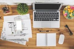 Desktop met lege gadgets en schets stock foto's