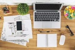 Desktop met lege gadgets en schets stock foto