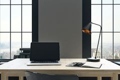 Desktop met lege laptop Stock Fotografie