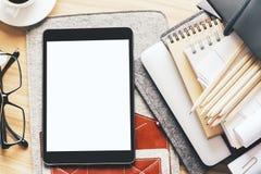 Desktop met lege witte tablet Royalty-vrije Stock Afbeelding