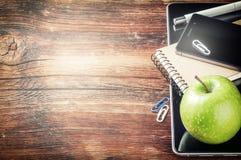 Desktop met tabletpc, smartphone en groene appel stock fotografie