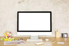 Desktop met witte computermonitor royalty-vrije stock foto's