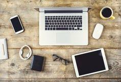 Desktop mieszanka na drewnianym biuro stole Obrazy Royalty Free