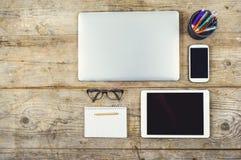 Desktop mieszanka na drewnianym biuro stole Obrazy Stock
