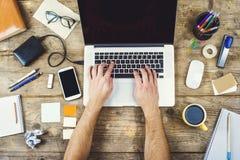 Desktop mieszanka na drewnianym biuro stole Obraz Royalty Free