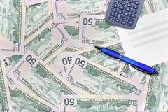 Desktop mit amerikanischen Dollarbanknoten Stockfoto