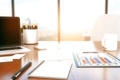 Desktop mit Bürowerkzeugen Stockfoto