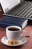 Desktop mit Kaffeetasse, geöffneter Laptop-Computer und Tagebuch, keine Leute, gerichtet auf Kaffee Lizenzfreies Stockbild