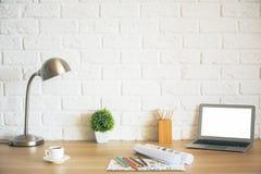 Desktop mit Laptop und Skizzen Stockbild