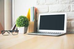 Desktop mit Laptopnahaufnahme Stockfoto