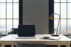 Desktop mit leerem Laptop Stockfotografie