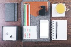 Desktop mit organisierten Einzelteilen Lizenzfreies Stockbild