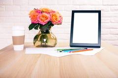 Desktop mit Rahmen und Blumen Stockfoto