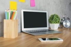 Desktop mit weißem Notizbuch Lizenzfreie Stockfotografie