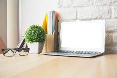 Desktop mit weißer Laptopnahaufnahme Lizenzfreies Stockfoto