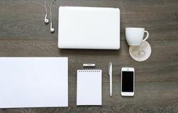 Desktop mit Werkzeugen - Laptop, Briefpapier und Tasse Kaffee Lizenzfreie Stockfotografie