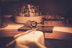 Desktop para a joia do ofício que faz com ferramentas profissionais fotografia de stock royalty free