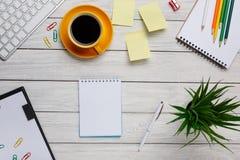 Desktop witte gele kop van de stickersnota's van koffiepotloden en nr stock fotografie
