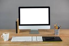 Desktoppc met kop van koffie Stock Foto's