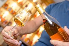 Deskundige amateur die grote uitstekende zoete wijn proeven stock foto's
