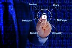 IT deskundige wat betreft hangslot aan veiligheidsbedreigingen die wordt aangesloten Stock Foto