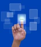 Deslice la red en línea con la mano en fondo azul Imagen de archivo libre de regalías