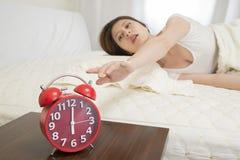 Desligando o despertador Foto de Stock