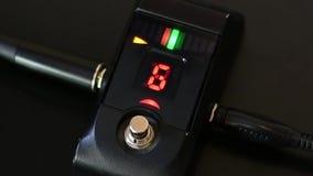 Desligando um pedal de ajustamento da guitarra de Digitas vídeos de arquivo