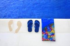 Deslizadores azuis e pegadas fotografia de stock
