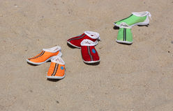 Deslizadores coloridos da praia fotos de stock
